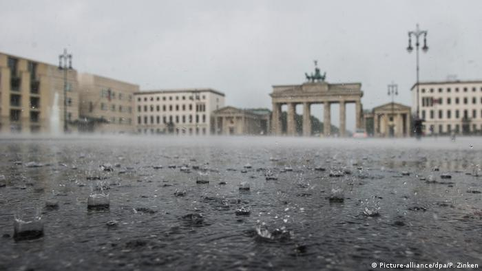 Regen in Berlin (Picture-alliance/dpa/P. Zinken)