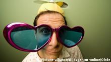 Mann trägt lustigen Hut und Sonnenbrille