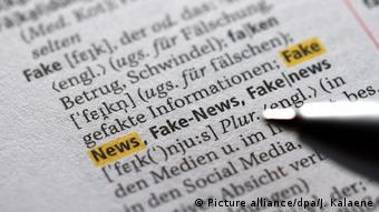 Duden - Das Wort Fake News (Picture alliance/dpa/J. Kalaene)