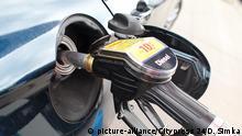 BRAUNSCHWEIG, DEUTSCHLAND - 21.05.2015 - WIRTSCHAFT - Tankstelle Clean Car, Zapfsaeule, eine Tankpistole mit Diesel, Feature | Verwendung weltweit