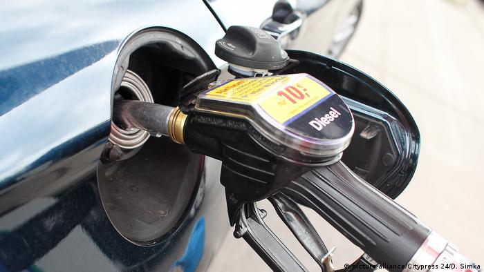 Diesel pump at a German gas station (picture-alliance/Citypress 24/D. Simka)