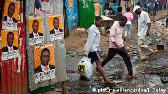 Kenia Wahlen Wahlplakate im Kibera Slum in Nairobi (picture-alliance/dpa/J. Delay)