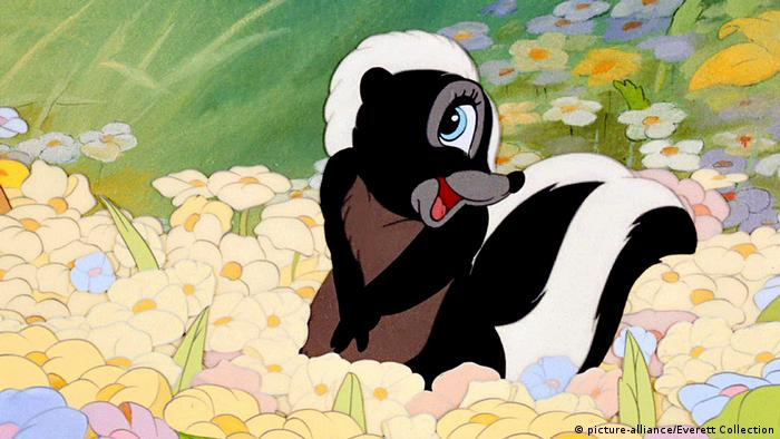 Flower the skunk from 'Bambi' in a field of flowers (picture-alliance/Everett Collection)