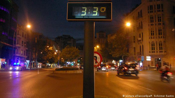 Digital thermometer reading 33 degrees Celsius at night in Palma, August 5 (picture-alliance/dpa/P. Schirmer Sastre)
