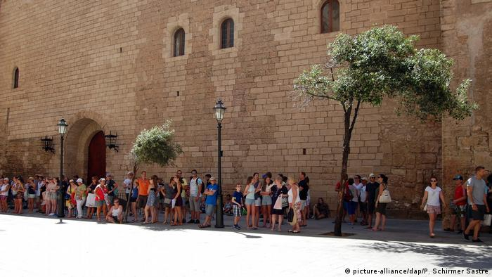 Tourist stand in the shade of Palma Cathedral, August 6 (picture-alliance/dap/P. Schirmer Sastre)