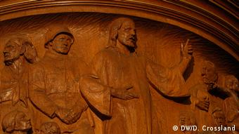 Carving of a Nazi Wehrmacht soldier is seen next to Jesus on the pulpit of Berlin's Martin Luther Memorial Church (DW/D. Crossland)