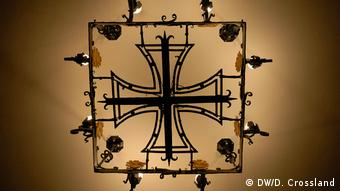 Chandelier in the form of an iron cross in entrance hall to Nazi-era Martin Luther Memorial Church in Berlin (DW/D. Crossland)