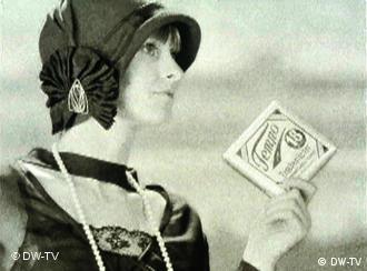 eine alte Reklame für das Tempo-Tuch zeigt eine Frau mit einer Pappschachtel Taschentücher