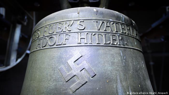 Deutschland Bronzeglocke mit Hakenkreuz in Herxheim am Berg (picture-alliance /dpa/U. Anspach)