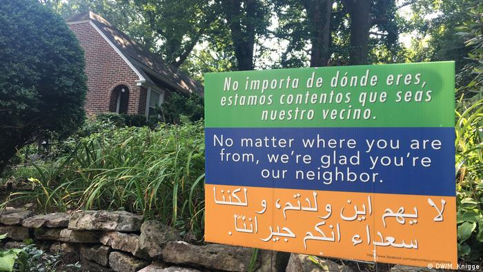 A yard sign in Takoma Park, a sanctuary city, drives home the message of welcome in Spanish, English and Arabic(DW/M. Knigge)
