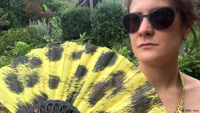 A woman holding a fan in Locarno (DW/J. Hitz)