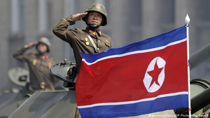 Nordkorea Flagge in Pjöngjang (picture-alliance/AP Photo/Wong Maye-E)