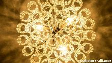 Ein von der Decke herabhängender leuchtender Kronleuchter mit einem Ring, an dem Lampen hängen