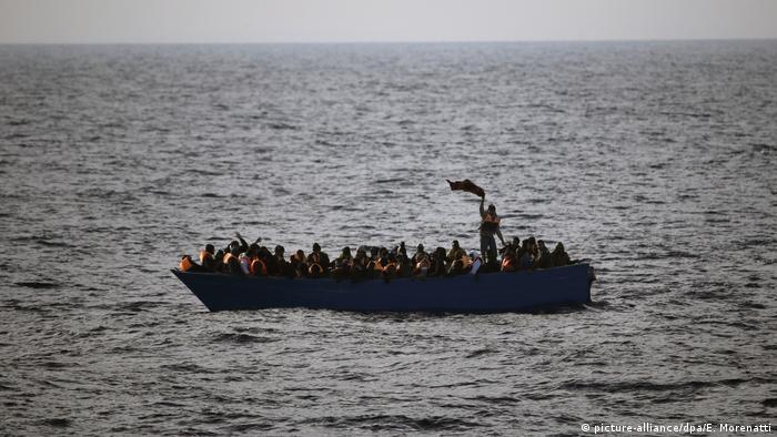 Bootsflüchtlinge im Mittelmeer (picture-alliance/dpa/E. Morenatti)