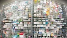 ARCHIV - Medikamente liegen in den Regalen eines Kommissionierautomaten, aufgenommen am 29.04.2015 in einer Apotheke in Hamburg. Foto: Daniel Reinhardt/dpa (zu dpa Wie die Bevölkerung in der Krise versorgt werden soll vom 23.08.2016) +++(c) dpa - Bildfunk+++ | Verwendung weltweit
