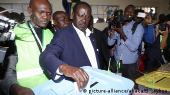 Opposition candidate Raila Odinga casting his vote (Bryan Jaybee / Anadolu Agency )