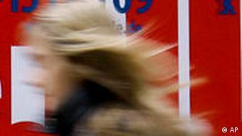 Eine Frau geht an dem aktuellen Berlinale-Plakat 2009 vorbei