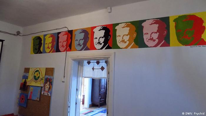 Музей з портретами у стилі Енді Воргола в селі Конюхів у Грабовецькій об'єднаній територіальній громаді