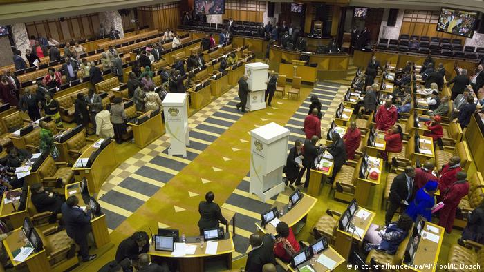 Parliamentarians in the South African paröliament prepare for a no confidence vote against President Zuma