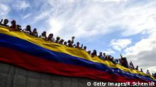 Venezuela Banner Menschen Flagge Protest Opposition 2017 (Getty Images/R.Schemidt)