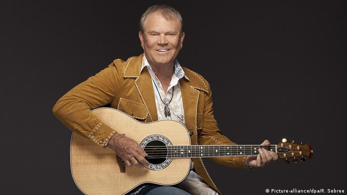 Glen Campbell with his guitar (Picture-alliance/dpa/R. Sebree)