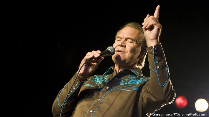 Glen Campbell on stage with his finger in the air (Picture alliance/RTGoldring/Mediapunch)