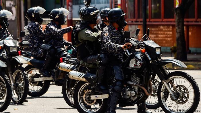 Policiais dispersam manifestantes em protesto contra a Constituinte em Caracas