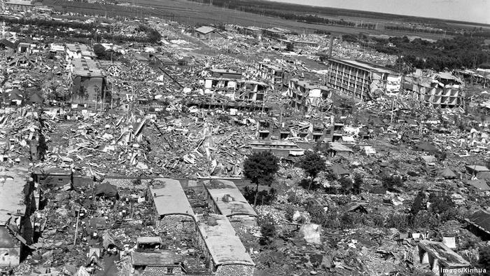 Foto aérea em preto e branco mostra dezenas de prédios completamente destruídos
