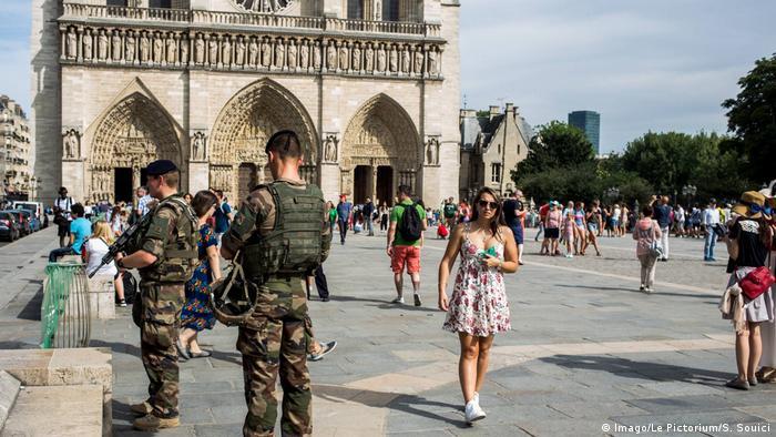 Militares delante de la catedral Notre Dame, París. Julio 2017 (Imago/Le Pictorium/S. Souici)