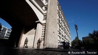 Soldados patrulham a área próxima ao local de atropelamento, em Levallois-Perret