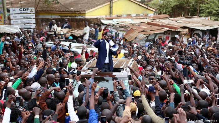 Kenia Wahl Politiker Raila Odinga vor Anhängern (Reuters/B. Inganga)
