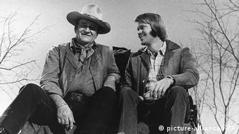 Black and white photo of Glen Campbell with John Wayne (picture-alliance/KPA)