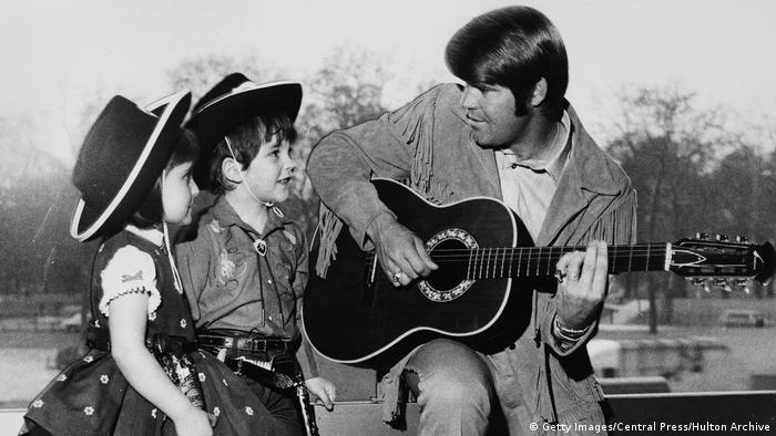 Glen Campbell with two young fans in 1970 (Getty Images/Central Press/Hulton Archive)