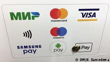 Russland Infotafel über Bezahlsysteme in einer Bank