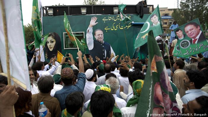 Supporters of Former Pakistani PM Nawaz Sharif during a rally in Lahore (picture-alliance/AP Photo/B.K. Bangash)