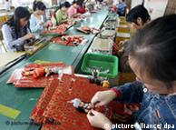 Buruh pabrik mainan di Cina