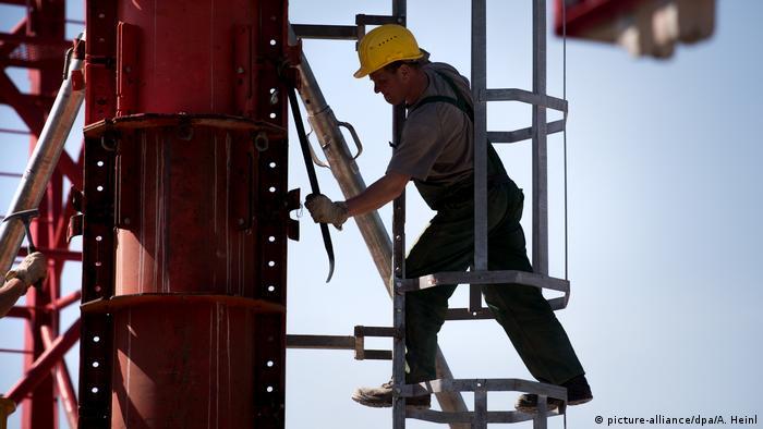 Symbolbild - Bauarbeiter in Deutschland (picture-alliance/dpa/A. Heinl)