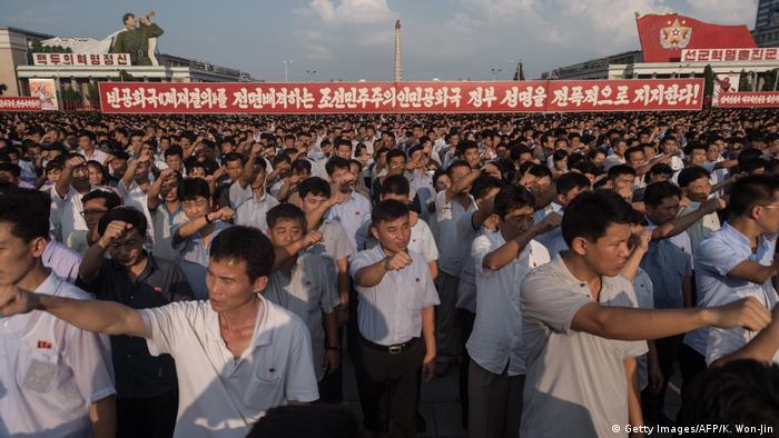 「老糊塗」 川普膽敢侮辱最高領袖,北韓人民決不容忍。北韓官方的朝中社發表了金正恩的聲明,其中將川普稱為「老糊塗」,「是愛玩火的惡棍、流氓」。聲明中還說:「膽怯的狗叫得更響。」