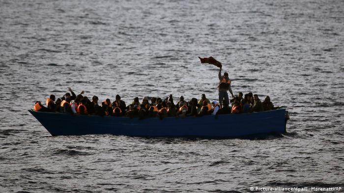 Flüchtlinge im Boot (Picture-alliance/dpa/E. Morenatti/AP)
