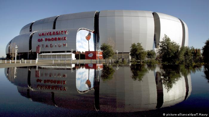 View of the University of Phoenix Stadium in the US, reflected in the water (Photo: picture-alliance/dpa/T.Maury)