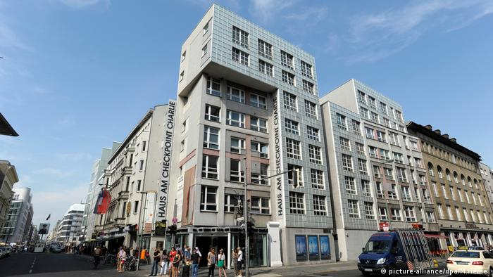 Picture of the House at Checkpoint Charlie, seen from below, in the sunlight (Photo: picture-alliance/dpa/M.Heine)