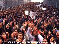 صحنهای از تظاهرات زنان و مردان ایران در سال ۱۳۵۷