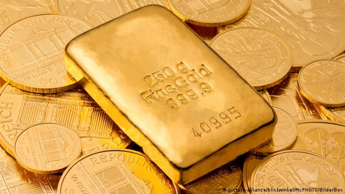 Gold bullion on gold coins (picture-alliance/blickwinkel/McPHOTO/BilderBox)