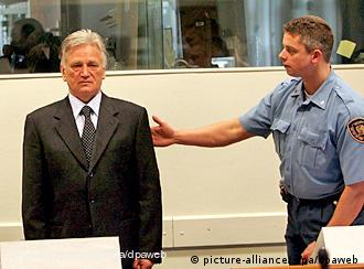 Verwendung nur in Deutschland, usage Germany only Serb former army general Moncilo Perisic is requested to sit down by a guard in the courtroom of the War Crimes Tribunal in the Hague, the Netherlands, 09 March 2005. Perisic pleaded not guilty to charges of murder, persecution and attacks on civilians in Croatia and Bosnia in the 1990's. EPA/MICHAEL KOOREN/POOL +++(c) dpa - Bildfunk+++