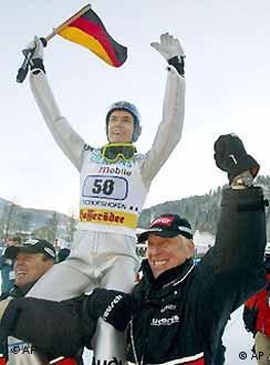 O esquiador Sven Hannawald comemora a espetacular vitória em Bischofshofen, Áustria, com o técnico Reinhard Hess (direita).