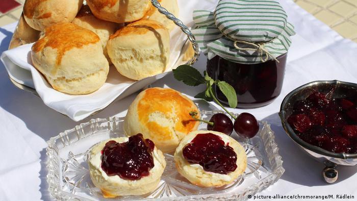 Frühstück mit selbstgemachter Kirschmarmelade und frischgebackenen Scones (picture-alliance/chromorange/M. Rädlein)