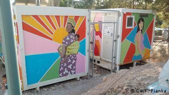 Πολλές ΜΚΟ προσπαθούν να κάνουν την καθημερινότητα των προσφύγων και μεταναστών στο hot spot της Σάμου κάπως πιο υποφερτή