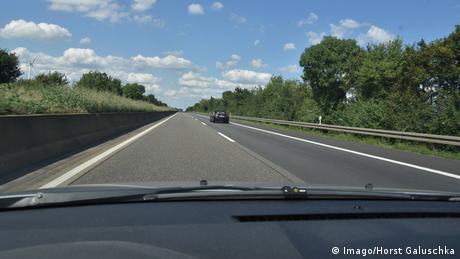 Zweispurige Autobahn mit wenig Verkehr aus einem Auto aufgenommen.