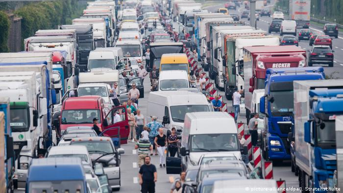 Complete stand-still on the Autobahn (picture-alliance/dpa/J. Stratenschulte)