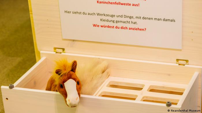 A little toy horse in a wooden box. The migration show is also aimed at children. (Neanderthal Museum)